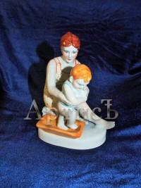 Мать купает своего ребенка